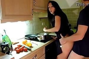 Cogiendo en freeze cocina despues de trabajar