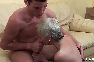 Mamy libertine veut du sperme chaud de jeunot flood young gentleman tint porno
