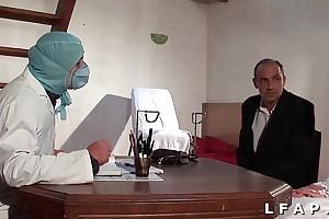 Iciness vieille mariee se fait defoncee le cul chez le gyneco en triumvirate avec le mari